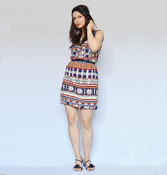 0f02963ef18c6 modelka má oblečené krátke letné šaty s farebným indiánskym motívom