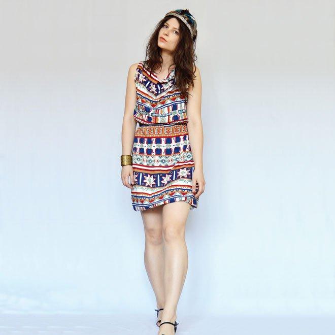 763704a105bd5 modelka má oblečené krátke letné šaty s indiánskym vzorom