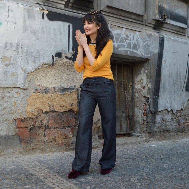 Tmavomodré rozšírené handmade jeansy so štruktúrovaným povrchom a kapsami vpredu