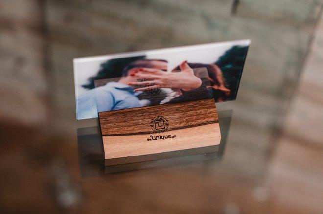 24 - karátové zlato, orechové drevo a brúsené sklo, to sú prírodné materiály unikátneho foto darčeka na mieru pre partnera, partnerku alebo kohokoľvek na kom Vám jedinečne záleží