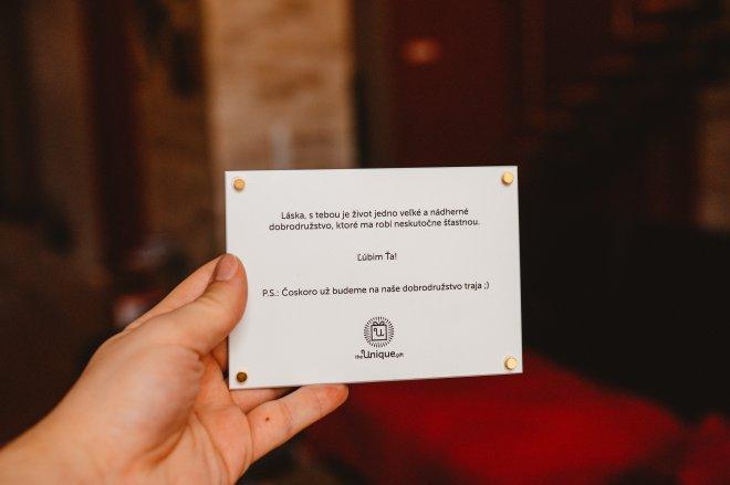 Fotografie spolu s venovaním priamo na skle, v podobe unikátneho foto darčeku na mieru, ktorý slúži aj ako magnetka na chladničku