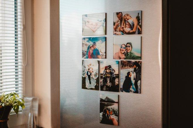 Unikátna rodinná koláž mimoriadnych momentov z Vášho života, ktorá zlepšuje rodinné vzťahy a vytvára rodinnú pohodu, v podobe foto darčekov aj s venovaním ako sklenené magnetky na chladničku