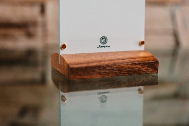 Foto darček na mieru s vlastnou fotografiou a venovaním alebo citátom priamo na skle, s orechovým podstavcom a pozlátenými magnetmi pre vystavenie na chladničke