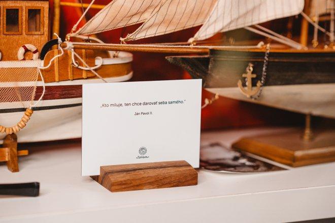 Unikátny foto darček na mieru s fotografiou a venovaním priamo na skle a s orechovým podstavcom