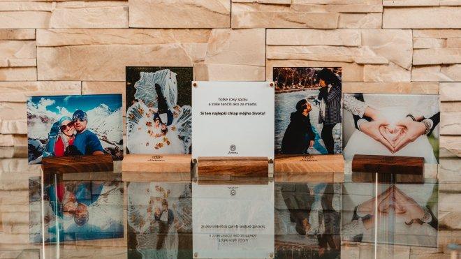 Unikátny fotodarček na mieru s fotografiou a venovaním priamo na skle v kombinácii s dreveným podstavcom a pozlátenými magnetmi na chladničku