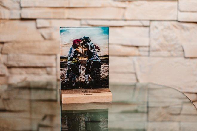 Unikátny foto darček na mieru s fotografiou a venovaním priamo na skle, v kombinácii s dreveným podstavcom a pozlátenými magnetmi pre vystavenie kdekoľvek alebo na chladničke