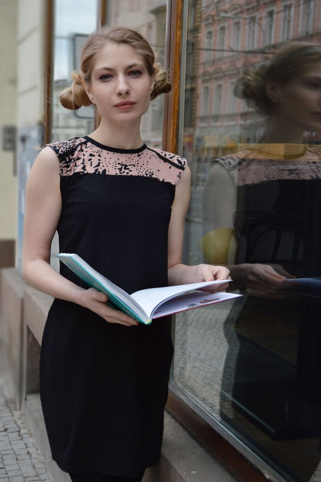 Čierne šaty s recyklovaným prvkom na štýl strihu zo 60tych rokov.