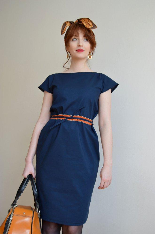 Jarné tmavomodré šaty s oranžovým detailom od slovenskej návrhárky.