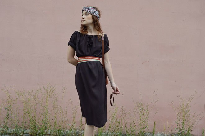 Jarné a letné hnedé variabilné polodlhé šaty pre cestovateľky.