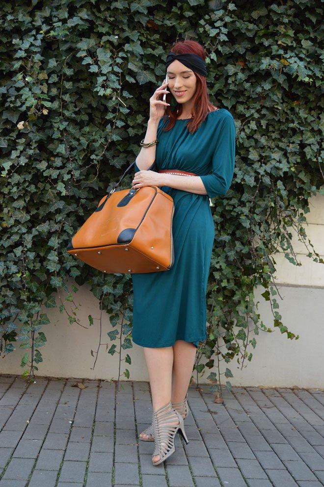 Smaragdové alebo zelenomodré multifunkčné šaty pod kolená s trištvrťovým rukávom.