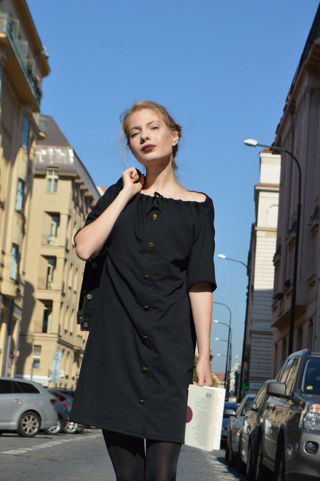Čierne jarné šaty so zlatými gombíkmi. Z týchto šiat vytvoríte aj sukňu.