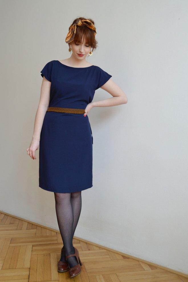 Tmavomodré ľahké voľné šaty vo vintage štýle.