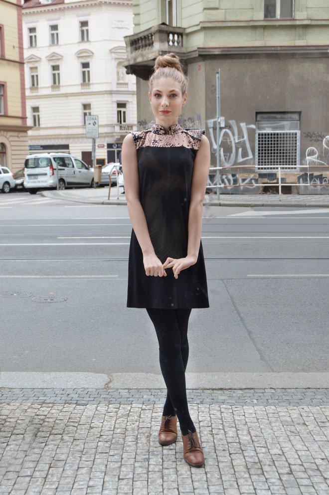 Čierne šaty so staroružovým čínskym golierom.