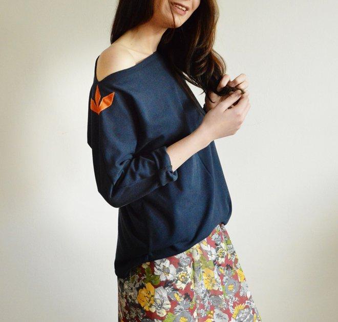 Modré tričko s oranžovým detailom slow fashion