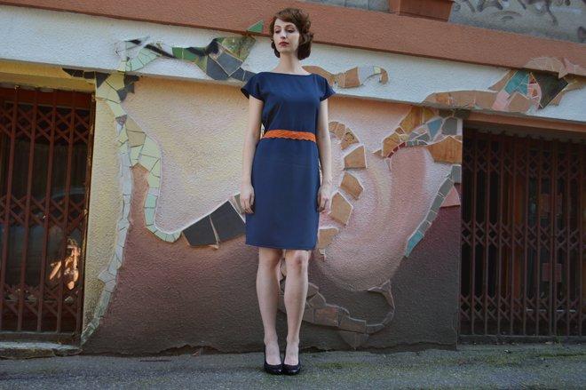 Modré šaty s oranžovou čipkou