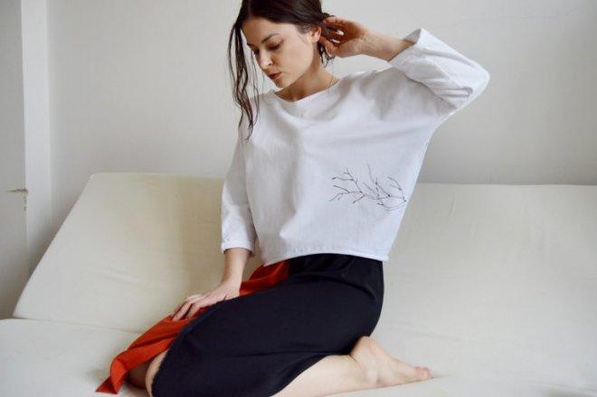 Biela mikina alebo tričko so sakurou