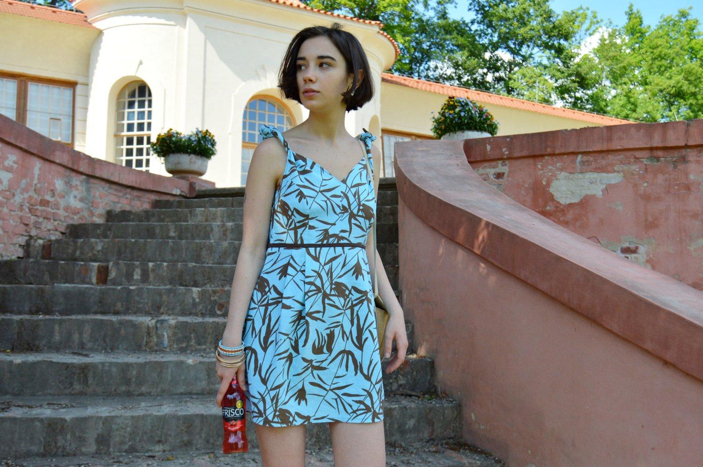 Krátke letné modré šaty s tropickým vzorom
