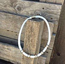 Náhrdelníky - Náhrdelník biely a zlaté bodky - 6945860_