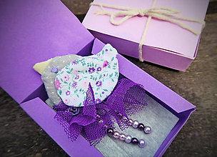 Odznaky/Brošne - Brošňa - Fialový vtáčik v darčekovej krabičke - 6964917_