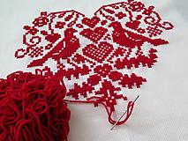 Úžitkový textil - výšivka ľudový motív srdiečko a holúbky - 6968845_