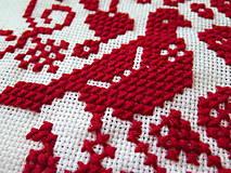 Úžitkový textil - výšivka ľudový motív srdiečko a holúbky - 6968846_