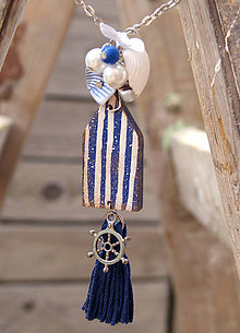 Náhrdelníky - Plážový domček so strapcom a plodmi mora - 6990927_