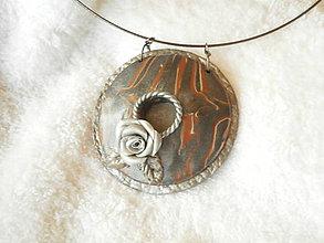 Náhrdelníky - Náhrdelník z polyméru, zrod ruže - 6994324_