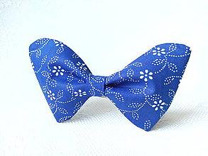 Náhrdelníky - Modrý folklórny dámsky motýlik - 6998336_