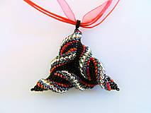 Náhrdelníky - Náhrdelník s príveskom trojuholník jahôdka - 6999622_