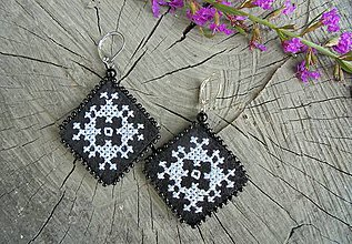 Náušnice - Vyšívané náušnice s bielym ornamentom - 7010067_