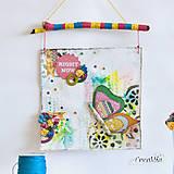 - Right Now - Motivačný obrázok s motýľom na rozkvitnutej lúke ružovo-zeleno-žltý - 7017412_