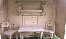 Dekorácie - veľký záhradný drevený domček, zariadený s terasou - 7030235_