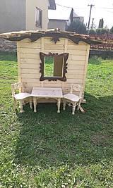 Dekorácie - veľký záhradný drevený domček, zariadený s terasou - 7030239_