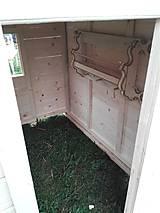 Dekorácie - veľký záhradný drevený domček, zariadený s terasou - 7030264_
