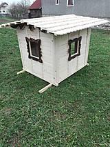 Dekorácie - veľký záhradný drevený domček, zariadený s terasou - 7030267_
