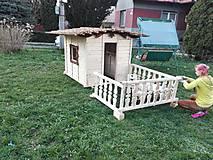 Dekorácie - veľký záhradný drevený domček, zariadený s terasou - 7030273_
