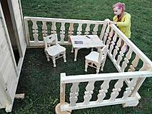 Dekorácie - veľký záhradný drevený domček, zariadený s terasou - 7030278_