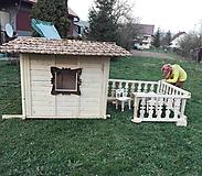 Dekorácie - veľký záhradný drevený domček, zariadený s terasou - 7030443_