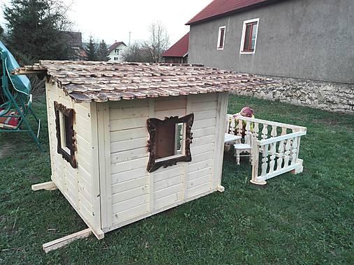 veľký záhradný drevený domček, zariadený s terasou