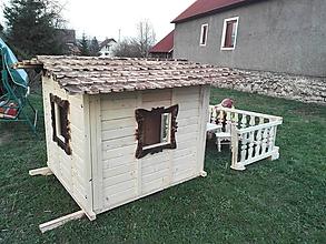 Dekorácie - veľký záhradný drevený domček, zariadený s terasou - 7030275_