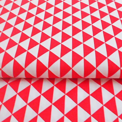 červené trojuholníky, 100 % bavlna, šírka 160 cm, cena za 0,5 m