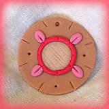 Náhrdelníky - Karamelový prívesok s jahodovými vzormi - 7036341_