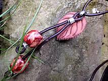 - kožený náhrdelník s drevenými korálkami - 7041673_