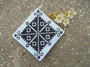 Odznaky/Brošne - Vyšívaná brošňa s čiernym motívom - 7050297_