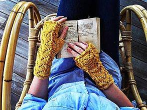 Rukavice - Jemnučké ručne pletené rukavičky s čipkovaným vzorom - 7062695_