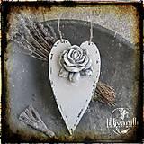 Dekorácie - Srdiečko na zavesenie s ružou a strapčekom - 7061801_