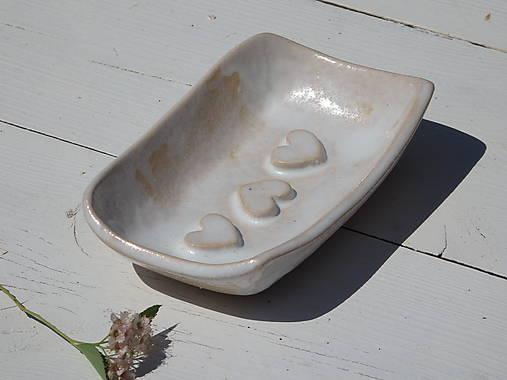 Nádoby - Keramická mydelnička biela, perleťová so srdiečkami - 7078415_
