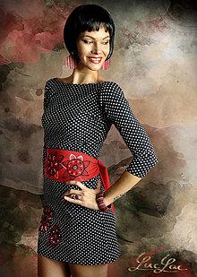 Šaty - Výrazné šaty s opaskom Swirl - 7085035_