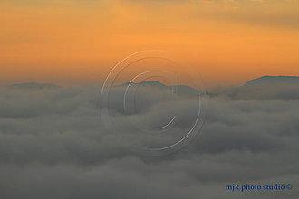 Fotografie - Kremnické vrchy - v objatí oblakov a geografického stredu Európy - 7091679_