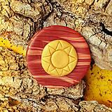Odznaky/Brošne - Drevená brošňa - zlaté slnko - 7100410_